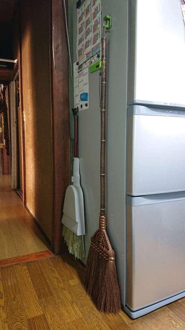 冷蔵庫に箒.jpg