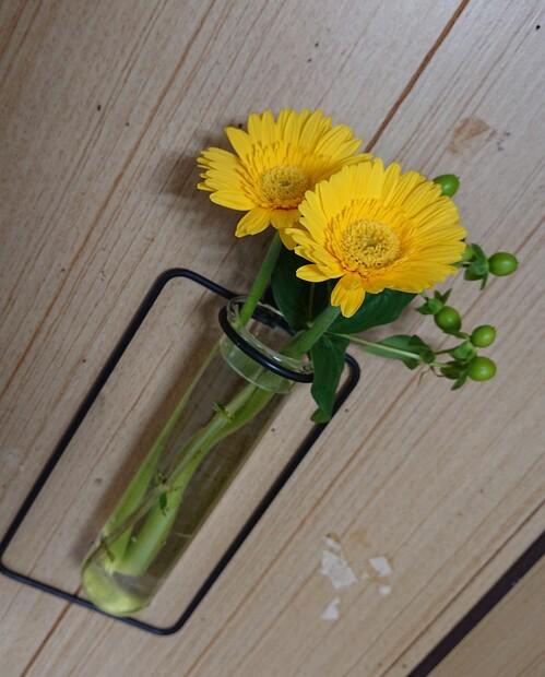 壁の花瓶 黄色ガーベラ.jpg