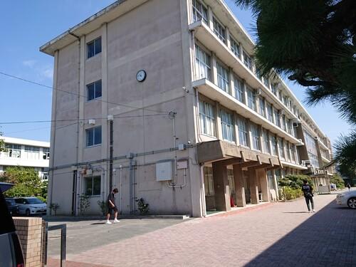 正門前からの校舎.jpg